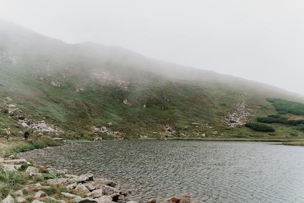 霧の日の大きな湖と岩