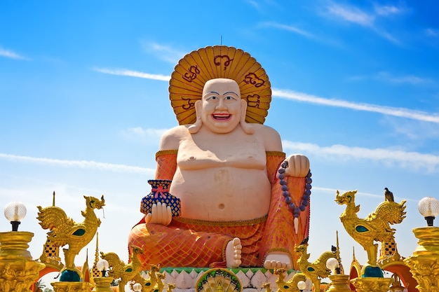 Большая статуя смеющегося будды в ват плай лаем, самуи, таиланд