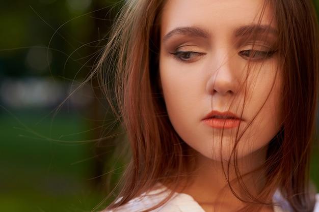 Большая потеря. грустная женщина. разочарованные эмоции. обида и гнев, горе и концепция неприятностей