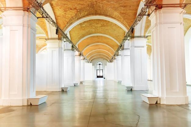 박물관 홀에 흰색 기둥이 있는 큰 대리석 복도