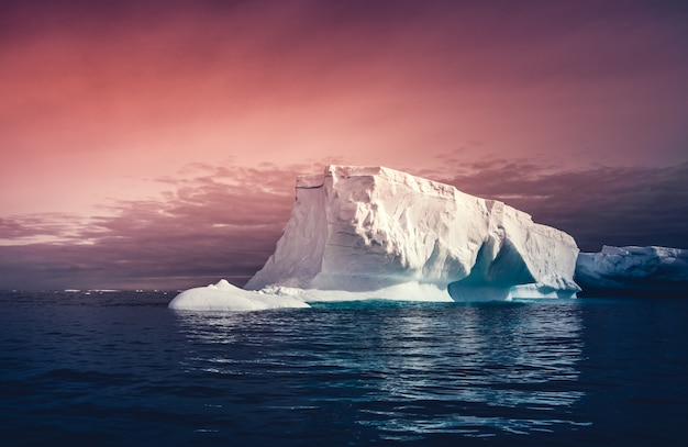 바다에 떠있는 거대한 거대한 빙산