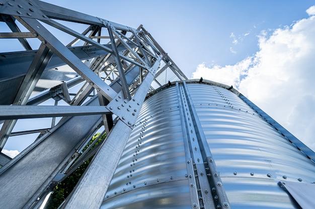 Большие современные силосы для хранения урожая зерновых