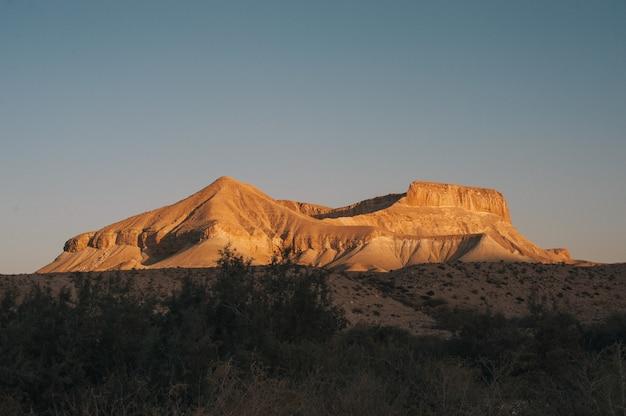Grande montagna all'alba