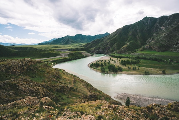 흐린 날씨에 고원에서 큰 산 강