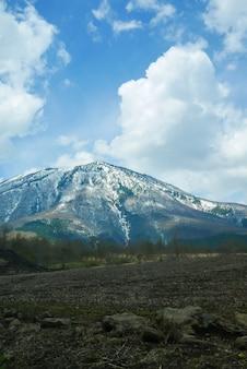 Большая гора со снегом на вершине