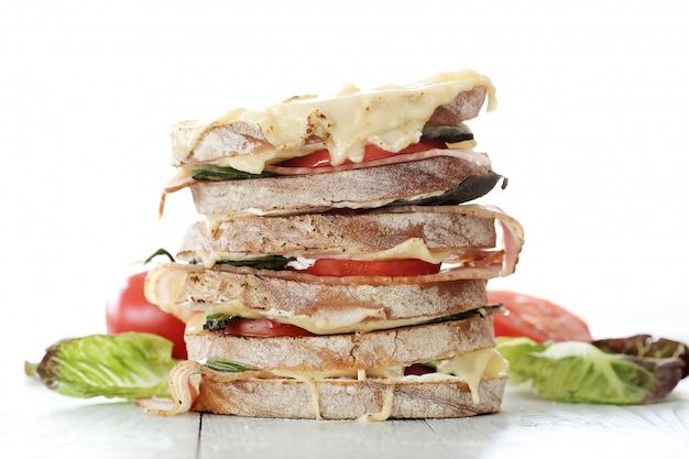 Большой многослойный бутерброд