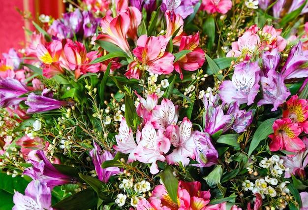大きな多色アルストロエメリア(マゼンタ-ピンク-赤)素晴らしい夏の花の花束