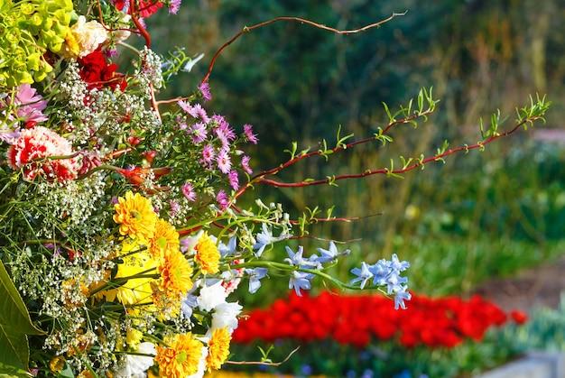 春の公園の大きな多色の素晴らしい花の花束