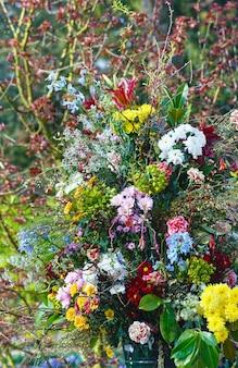 春の公園の大きな多色の素晴らしい花の花束 Premium写真