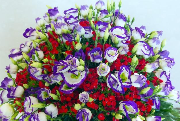 큰 여러 가지 빛깔의 멋진 여름 꽃 꽃다발