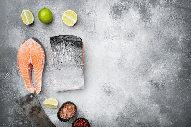Большой кусок сырого нарезанного лосося, на фоне серого каменного стола, плоская планировка, вид сверху, с местом для текста