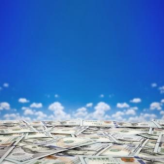お金の大きな山。空の背景に米ドルのスタック