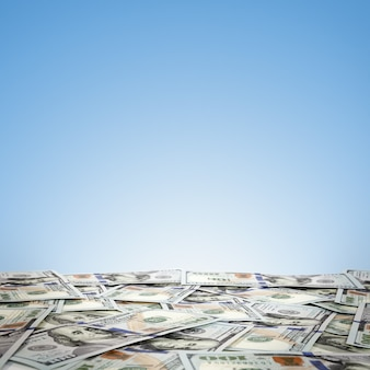 돈의 큰 더미. 하늘 표면에 미국 달러의 스택