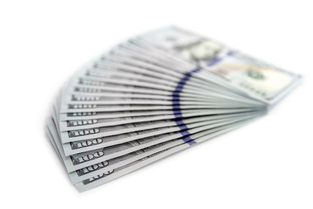 돈의 큰 더미. 미국 달러 표면의 스택