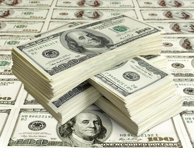 돈의 큰 더미. 미국 달러의 스택