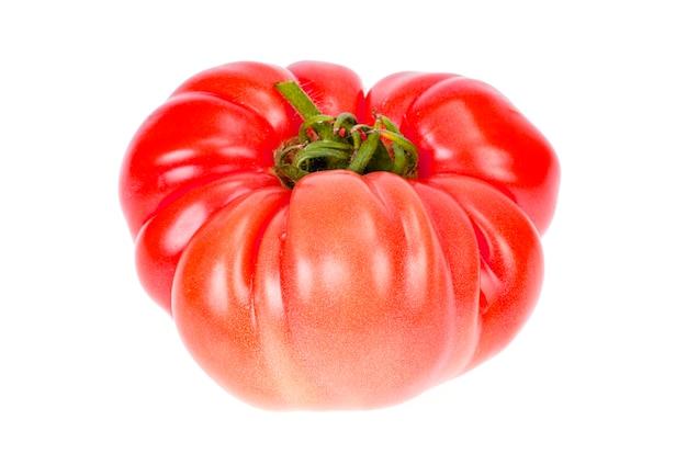 Большой розовый помидор говядины, изолированные на белом фоне.