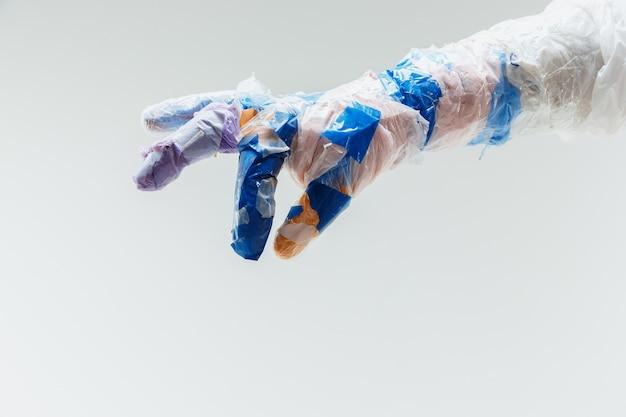 Большая пластиковая ручная работа из мусора на белом