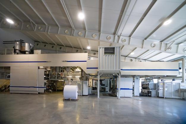 종이 롤 및 인쇄 재료가있는 대형 생산 창고