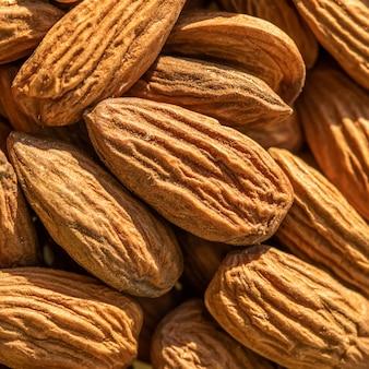 大きな生の皮をむいたアーモンドナッツのテクスチャアーモンドナッツの背景