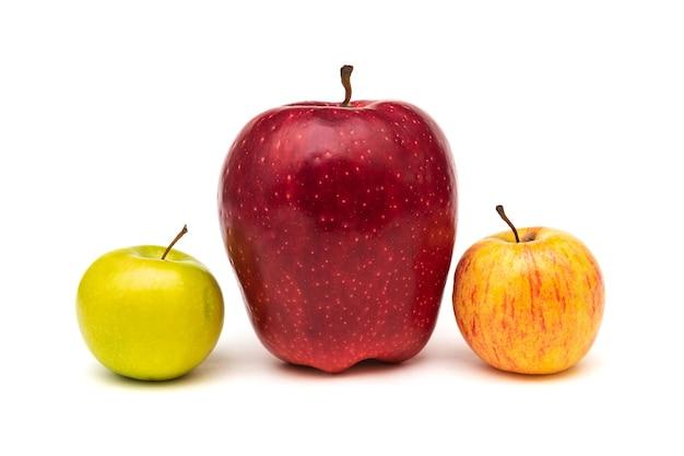 白い背景の上の大きな赤いリンゴ