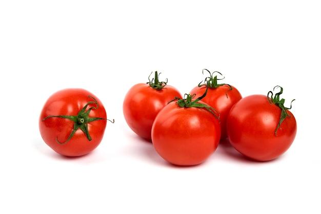 Grandi pomodori freschi rossi su sfondo bianco.