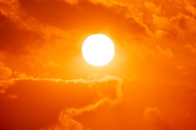 夏のシーズンの背景に大きな赤い太陽 Premium写真