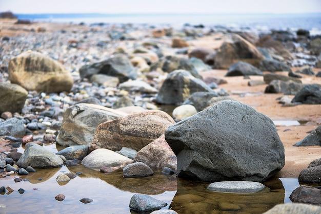 Большие скалы на пляже