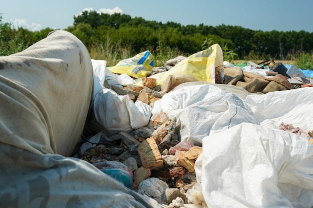 자연 속의 도로 근처에 있는 큰 쓰레기 더미
