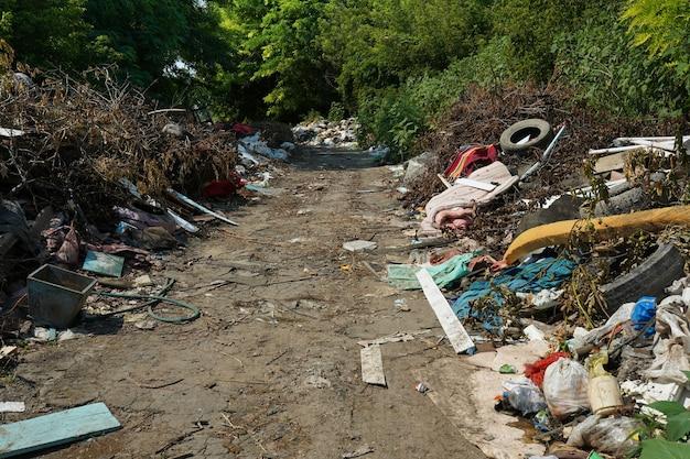 도로, 자연 및 푸른 하늘 배경 근처의 큰 쓰레기 덤프