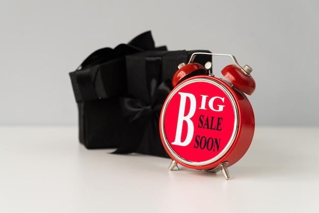 Большая распродажа будильник с подарком позади