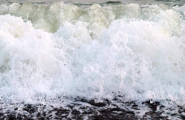 거품을 가진 큰 바다 물결