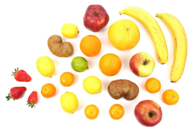 白い背景の上のさまざまな果物の大きなセット。健康的でビタミンの多い食品