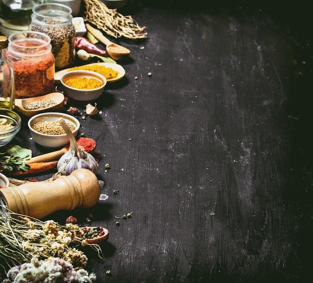 インドのスパイスとハーブの大きなセット