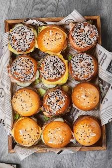 많은 햄버거의 큰 집합입니다. 위쪽 보기, cheesrubogers는 쟁반에 아름답게 놓여 있습니다. 세스 패스트푸드. 음식 배경, 복사 공간입니다.