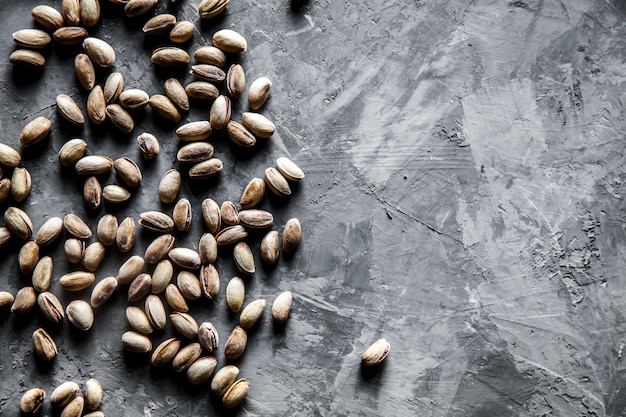 Большой набор соленых фисташек на столе. фисташковые орехи