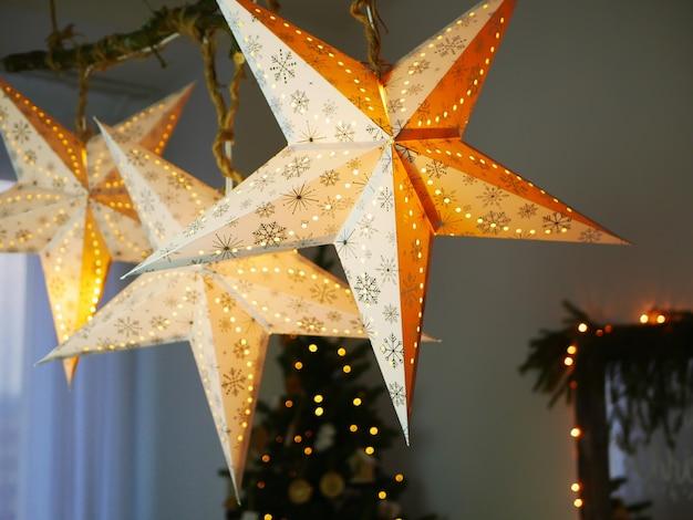 大きな輝く星が家にぶら下がる