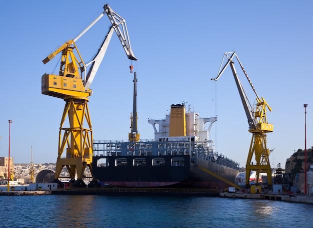 Grande nave in bacino asciutto