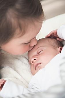 그녀의 신생아 동생과 언니, 여동생 사랑 개념