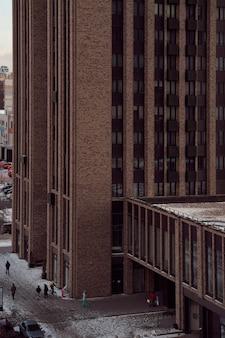 거리에 사람들이 있는 큰 마천루
