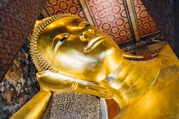 タイ、バンコクの寺院で大きな睡眠金仏像