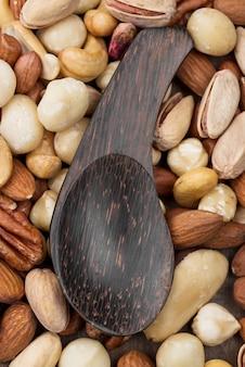 Grande cucchiaio sopra la raccolta di noci
