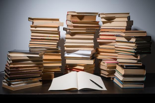 탁자 위의 큰 책 더미, 기말고사 전에 공부