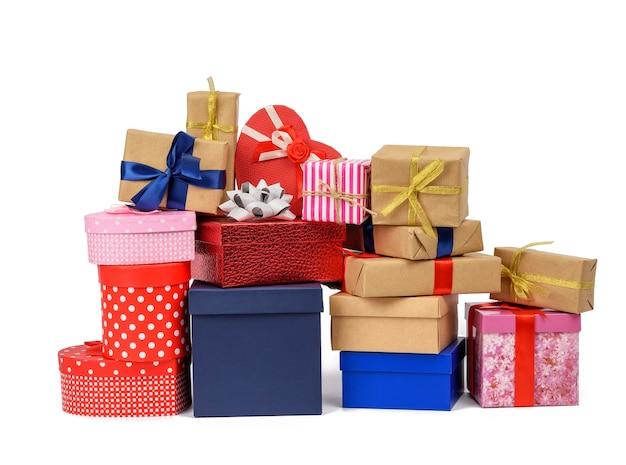 갈색 크래프트 종이에 싸서 실크 파란색과 빨간색 리본으로 묶인 선물의 큰 스택, 흰색 배경에 고립 된 상자, 디자이너를위한 요소