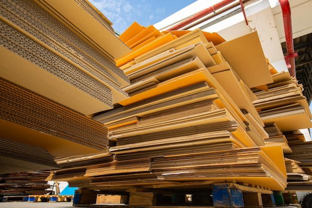 リサイクル工場で細断する前の大量の紙くず