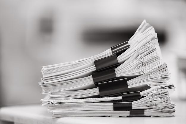 서류 문서의 큰 스택 또는 사무실에서 서류 재사용
