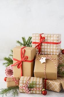 포장 된 크리스마스 선물 상자, 장난감 및 장식의 큰 스택