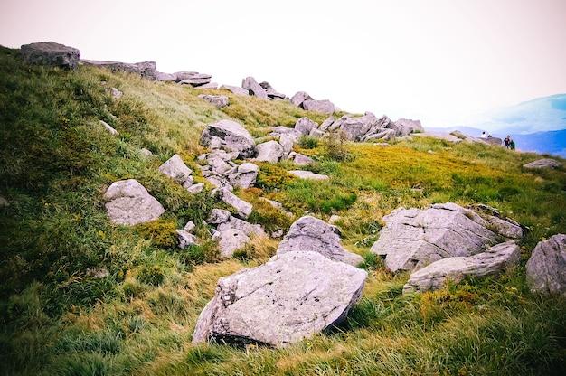 산 꼭대기에 큰 돌들이 놓여 있다