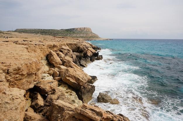 키프로스에서 낮 동안 해안에 큰 돌