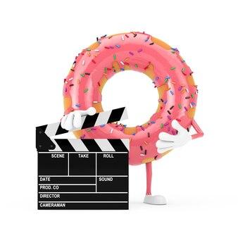 흰색 바탕에 영화 클래퍼 보드가 있는 큰 딸기 핑크 글레이즈 도넛 캐릭터 마스코트. 3d 렌더링