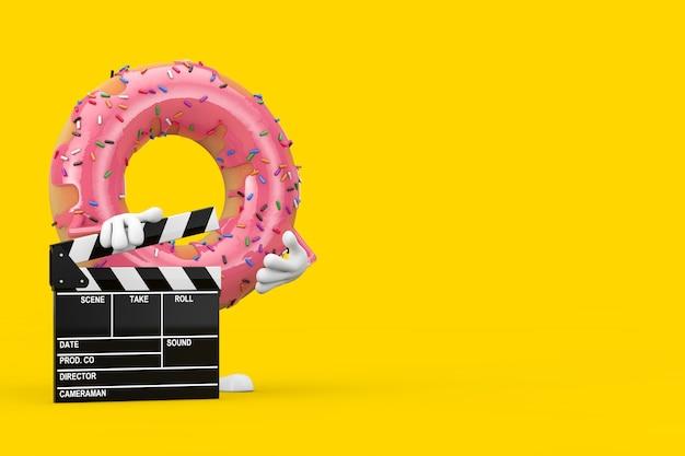 노란색 배경에 영화 클래퍼 보드가 있는 큰 딸기 핑크 글레이즈드 도넛 캐릭터 마스코트. 3d 렌더링